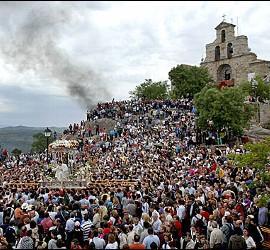 Virgen de la Cabeza llevada en procesión