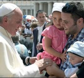 El Papa, con una familia