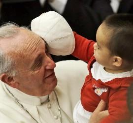 El Papa, el niño y el solideo