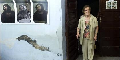 Cecilia, agarrada a su bastón, sigue siendo una de las personas más buscadas en internet