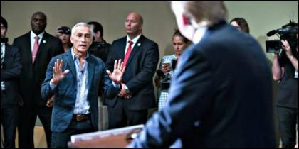 El periodista Jorge Ramos se enfrente al candidato Donald Trump.
