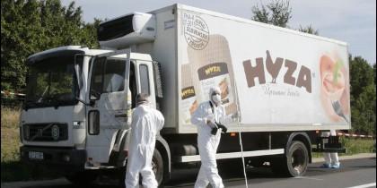 Forenses de la policía austriaca examinan el camión en el que se han encontrado 71 inmigrantes muertos.