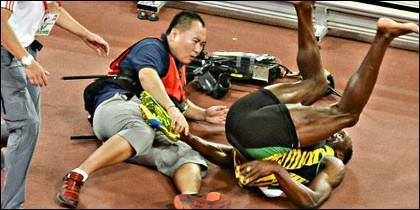 Un cámara atropella a Usain Bolt tras su triunfo en los 200 metros.