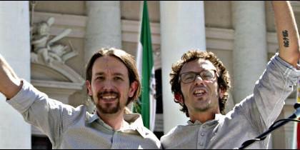 Los podemitas Pablo Iglesias y José María González, alias 'Kichi', puño en alto.