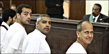 Los periodistas de Al Yazira, Baher Mohamed, Mohamed Fahmy y Peter Greste, condenados en Egipto.