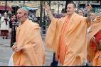 Miembros de Hare Krisna por las calles de Madrid