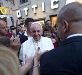 El Papa, a la salida de la óptica
