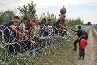 Refugiados salvando las concertinas en Hungría