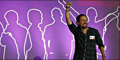 Pablo Iglesias, dando el apoyo de Podemos a Syriza.