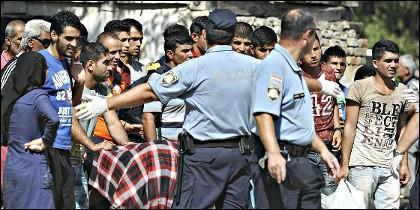 Policías de Croacia frenen a los refugiados que llegan de Serbia.