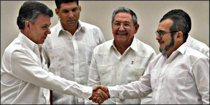 El presidente de Colombia, Juan Manuel Santos, el cubano Raúl Castro y el líder de las FARC, Rodrigo Londoño, alias Timochenko.