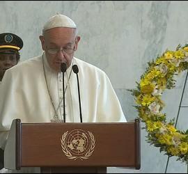 Francisco dirigiéndose a los trabajadores de las Naciones Unidas