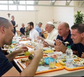 El Papa almorzando con los empleados del Vaticano