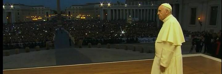 Francisco contempla a los miles de fieles en la Vigilia