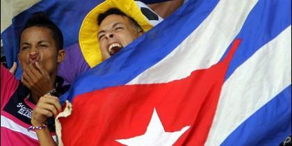 jovenes cubanos saludan al papa