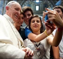 Jovenes retratandose con el papa en cuba