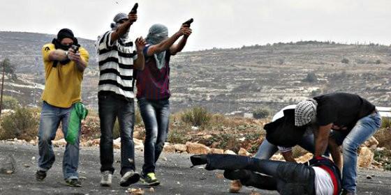 Agentes israelíes disfrazados de manifestantes detienen a un palestino que atacaba a pedradas a los judíos.
