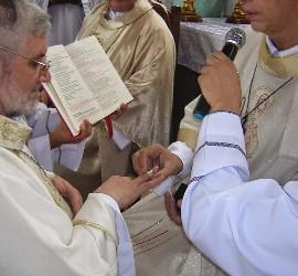 Adolfo Zon y su anillo episcopal