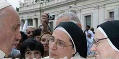 El Papa, charlando con sor Lucía Caram