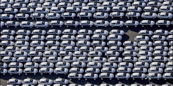 Tráfico, coches y el parking de Porsche en una fábrica de Leipzig (Alemania).
