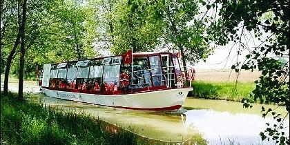 Barco Antonio de Ulloa surcando el Canal de Castilla