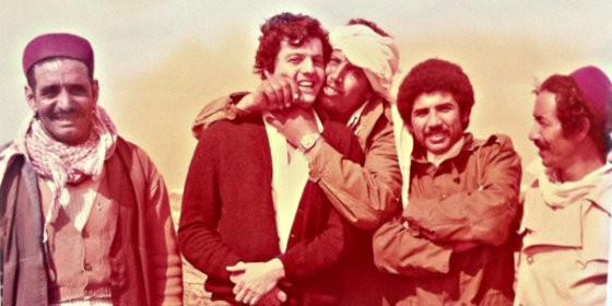 Alfonso Rojo en la Libia del coronel Gadafi, resistiendo en 1981 el cariñoso 'ataque' de los minders del régimen.