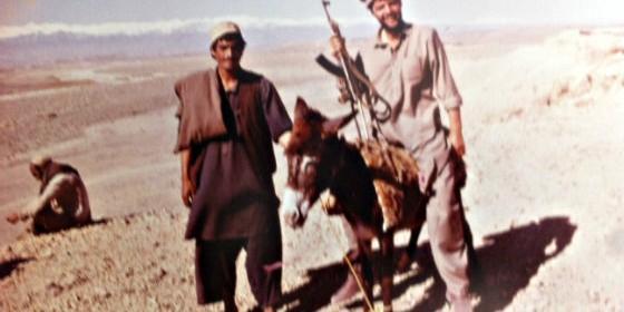 Alfonso Rojo con un guerrillero mujaidín, en las montañas que rodean Jalalabad, en 1990, en Afganistán.