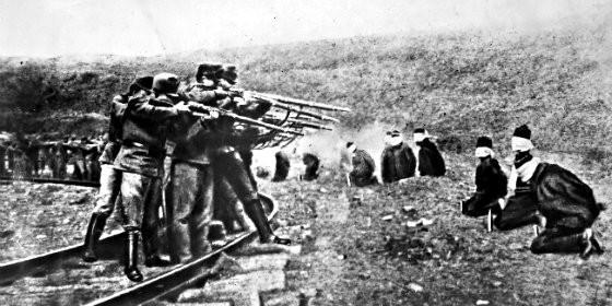 Militares austríacos ejecutando prisioneros serbios en 1917.