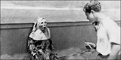 El cadáver de una monja, sacado por milicianos republicanos de su nicho en un convento de Barcelona y expuesto contra un muro, en agosto de 1936.