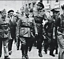 Francisco Franco, entre los generales Cavalcanti y Mola camino de la catedral de Burgos, en 1936.