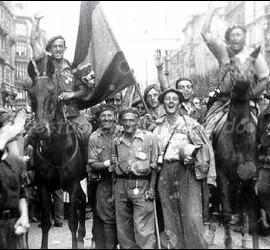Los requetés del general Mola entrando triunfantes en Sestao, en la Guerra 1936-39.