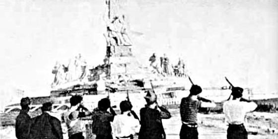 Milicianos 'rojos' fusilan la estatua del Sagrado Corazón, en el Cerro de los Angeles de Getafe, en 1936.