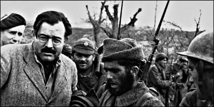 Ernest Hemingway con milicianos en una trinchera republicana, durante la Guerra Civil española..