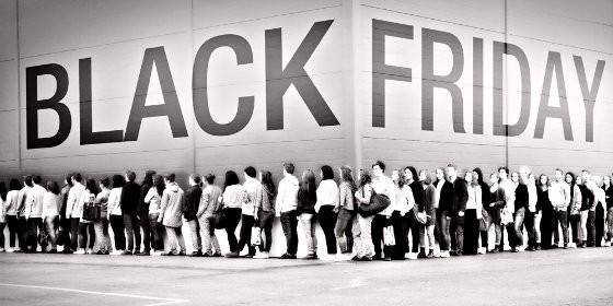 Colas de consumidores en el Black Friday.