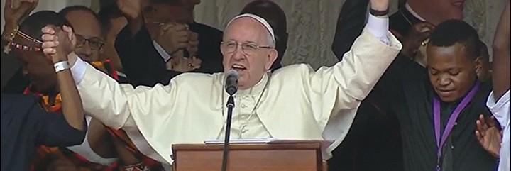 El Papa se coge de la mano en el estadio de Nairobi