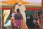 El Papa acaricia a una joven con Sida