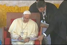 El Papa firma en el libro de la Casa de la Caridad de Uganda