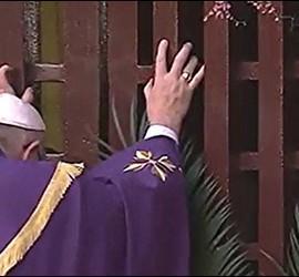 El Papa empuja la puerta santa de Bangui