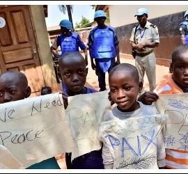 Niños de Bangui reciben al Papa con carteles