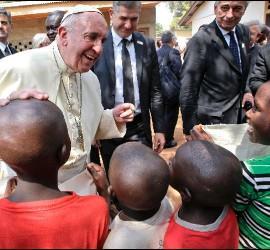 Francisco, con varios niños en Bangui