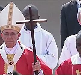 El Papa, con su báculo de madera, en la misa de Bangui