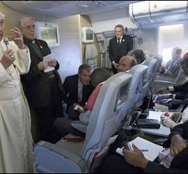 Francisco, en el avión, con la prensa