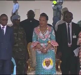 La presidenta de la RCA con un vestido con la efigie del Papa