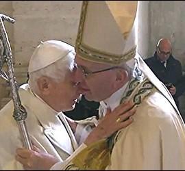 Francisco abraza a Benedicto