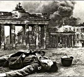 Un soldado alemán muerto ante la Puerta de Brandenburgo, tras entrar los rusos en Berlín, en 1945.