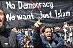 Manifestantes musulmanes claman contra la democracia y a favor del Islam.