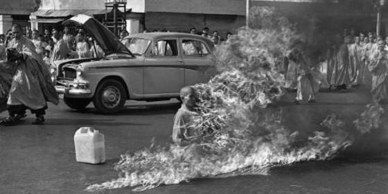 El monje vietnamita Thich Quang Duc, quemándose a lo bonzo en Saigón.