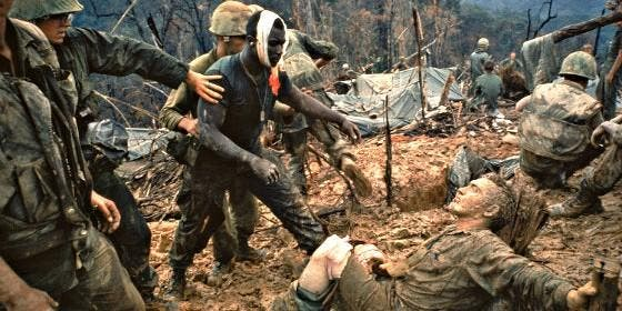 Marines heridos en el barro, en la Guerra de Vietnam.