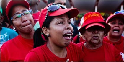 Milicianas chavistas llorando por la derrota de Maduro y Cabello en las elecciones de Venezuela.
