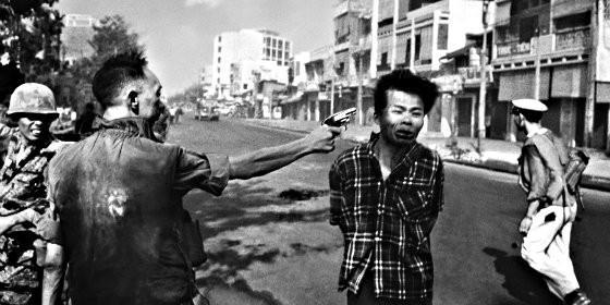 El general de Vietnam del Sur Nguyen Ngoc Loan ejecutando a un soldado del Viet Cong.